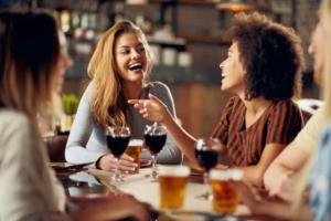 バーで使える英語フレーズ31選&用語集!外国人と盛り上がるコツ&会話を続けらる簡単ポイントも